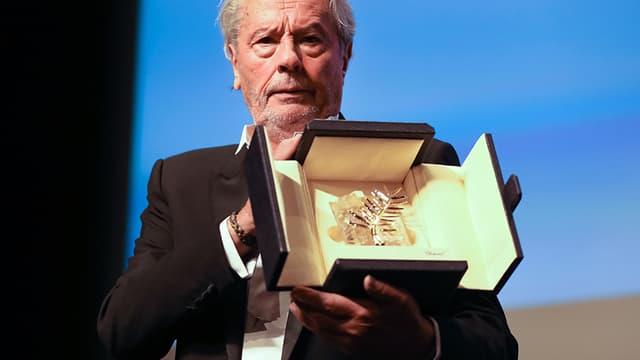 Alain Delon recevant la Palme d'honneur à Cannes, dimanche 19 mai 2019.