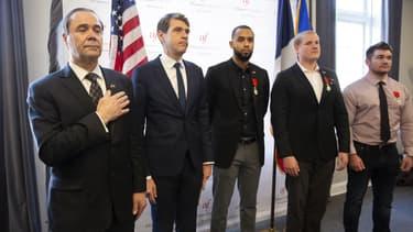 Le consul honoraire de France à Sacramento Guy Michelier, le consul général à San Francisco Emmanuel Lebrun-Damiens, les désormais Franco-américains Anthony Sadler, Spencer Stone et Alex Skarlatos, le 31 janvier 2019 à Sacramento en Californie.
