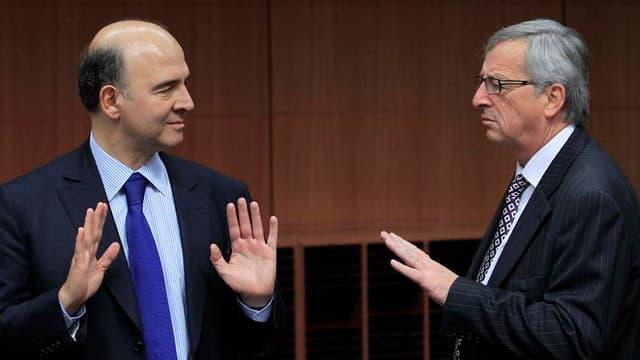 Le ministre français de l'Economie Pierre Moscovici (à gauche) en discussions à Bruxelles avec le président de l'Eurogroupe Jean-Claude Juncker. Les ministres des Finances de la zone euro et les représentants du Fonds monétaire international (FMI) et de l