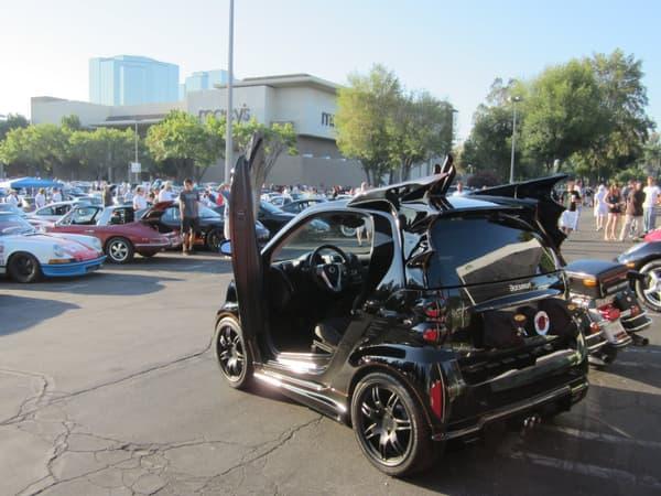 Créé par George Baris, designer de la Batmobile des années 1960, cette BatSmart loufoque est une réussite.