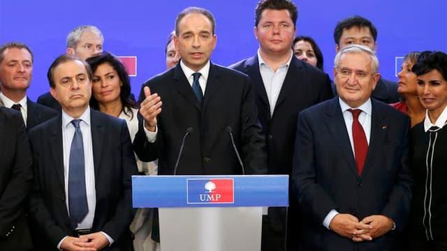 Jena-François Copé, entouré de ses soutiens, revendiquant la victoire pour la présidence de l'UMP. Son adversaire François Fillon a également revendiqué la victoire, le pire des scénarios pour le premier parti d'opposition français désormais paralysé par