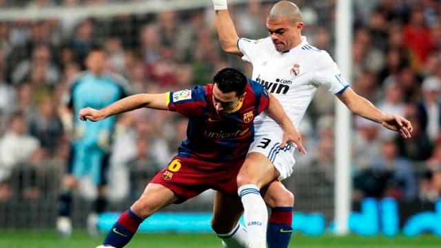 Pepe ici à la lutte avec le Barcelonais Xavi