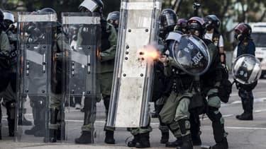 La police anti-émeute fait feu contre les manifestants, à Hong-Kong, pendant une journée de violents affrontements