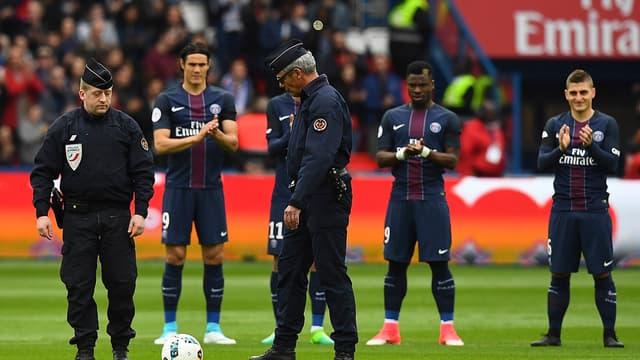 Deux policiers en tenue sont venus rendre hommage à Xavier Jugelé, tué sur les Champs-Elysées ce jeudi.