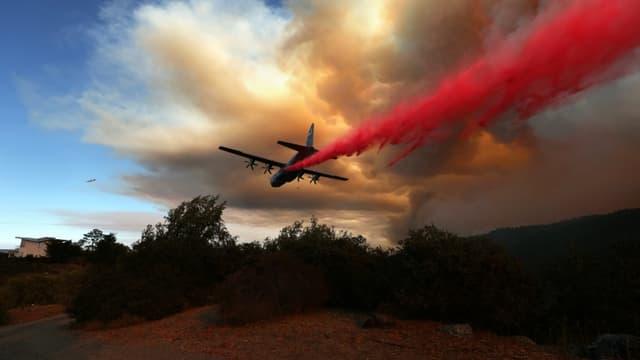 Un avion largue du retardant sur l'incendie LNU Lightning Complxe, le 20 août 2020 à Healdsburg, en Californie