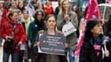 Manifestation à Paris pour protester contre l'abrogation vendredi de la loi réprimant le harcèlement sexuel. Des féministes ont porté plainte samedi contre le Conseil constitutionnel qui estimé que cette loi était contraire à la Constitution car elle viol