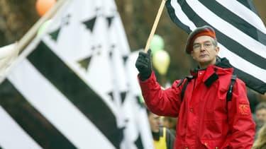Un homme brandit un drapeau breton dans la manifestation de près de 500 personnes qui défilent à Rennes, pour la défense de l'enseignement du breton à l'école publique. (Photo d'illustration) AFP PHOTO VALERY HACHE