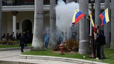 Des partisans du président Nicolas Maduro envahissent l'enceinte du Parlement à Caracas, au Venezuela, le 5 juillet 2017