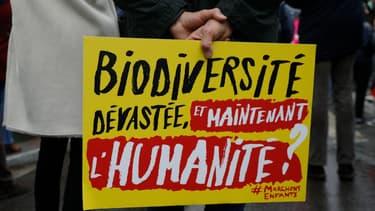 Un panneau d'un opposant au projet de loi bioéthique ce dimanche à Paris (photo d'illustration)