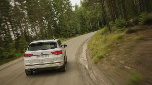 Dans les courbes, la transmission intégrale et l'amortissement piloté garantissent un certain niveau de confort et de sécurité.