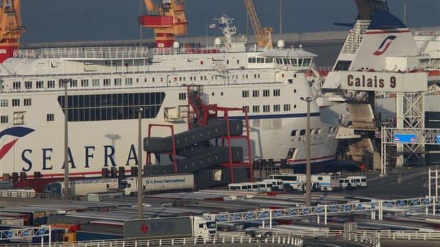 Ferries SeaFrance bloqués à quai à Calais sur décision de la direction de la compagnie. Une réunion entre le ministre des Transports, Thierry Mariani, et les syndicalistes de la compagnie de ferries SeaFrance, menacé de disparition avec 880 emplois à la c