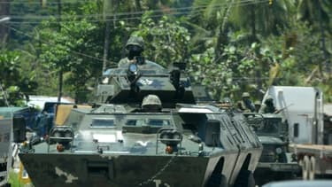 Des soldats philippins dans des véhicules blindés, le 20 juin 2017 à Marawi lors d'une offensive contre des jihadistes