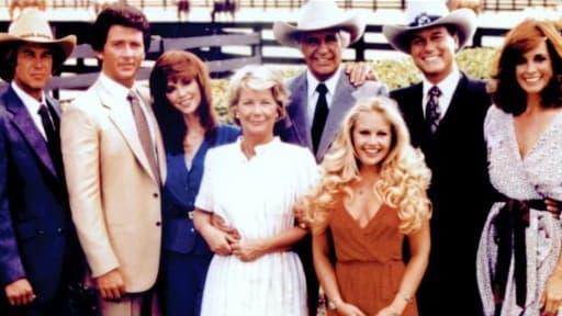 Larry Hagman, alias JR, de la série Dallas (second en partant de la gauche)