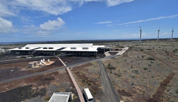 Solaire, éolien, larges ouvertures sans fenêtres permettent à l'aéroport Seymour de se passer d'énergies fossiles.