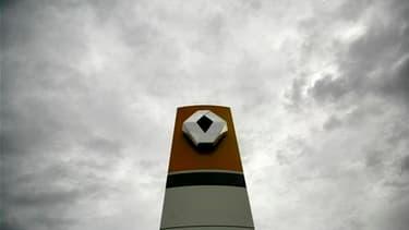 Les excuses de Renault à ses cadres injustement accusés d'espionnage ne mettent pas un terme à l'affaire, disent mardi le gouvernement et l'opposition en maintenant la pression sur le groupe automobile français. /Photo d'archives/REUTERS/Mihai Barbu