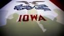 L'ombre des électeurs sur un drapeau de l'Etat de l'Iowa, où les républicains lancent ce mardi soir le long processus de désignation du futur adversaire de Barack Obama à l'élection présidentielle américaine de novembre prochain. /Photo prise le 2 janvier