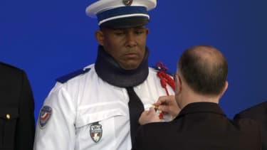 L'adjoint de sécurité attaqué mercredi par des manifestants a été décoré par Bernard Cazeneuve.