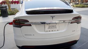 Une Tesla Model S branchée sur une borne électrique (image d'illustration)