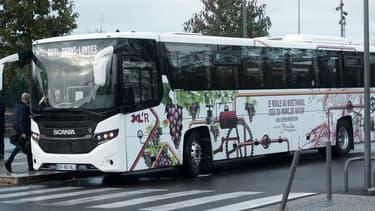 Le bus d'une soixantaine de places est alimenté par du bioéthanol produit à partie de peaux et pépins de raisin.