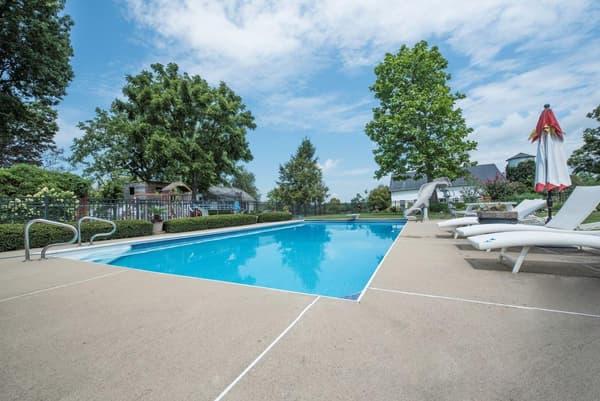 La demeure comprend notamment une piscine extérieure.