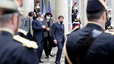 Le président égyptien Abdel Fattah al-Sissi raccompagné par Emmanuel Macron sur le parvis de l'Élysée, lundi 17 mai 2021