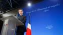 """En visite près de Lyon, jeudi, Nicolas Sarkozy a dénoncé ceux qui déconseillent à la France d'instaurer seule une taxe sur les transactions financières, ou taxe """"Tobin"""", et a reproché à ses partenaires européens d'être hostile à cette mesure. /Photo prise"""