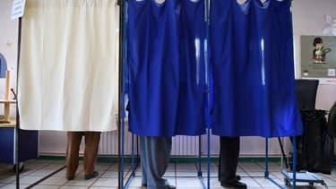 Des électeurs français dans l'isoloir à Auxerre (illustration)