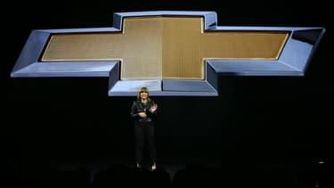 Mary Barra, directrice générale de General Motors, devant un grand logo Chevrolet, à Las Vegas en janvier. La marque américaine pourrait lancer un modèle diesel de taille moyenne l'année prochaine.
