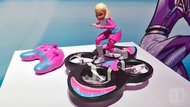 Le nouveau modèle de Barbie qui chevauche un drone-hoverboard.