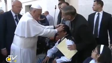 Le pape François, lundi, lors du présumé exorcisme.