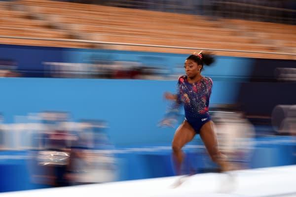 Simone Biles s'élance vers un saut lors des Jeux de Tokyo en juillet 2021