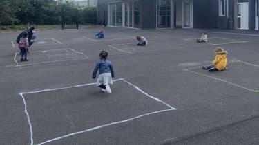 Des enfants dans une cour d'école de Tourcoing, le 12 mai 2020.