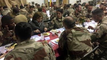 Florence Parly dîne avec les soldats de l'opération Barkhane, à Tessalit, au Nord-Mali, le 31 décembre 2017.