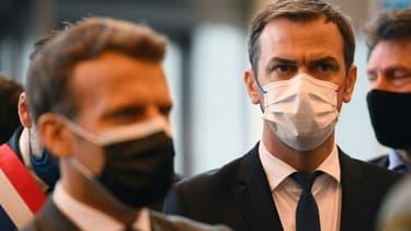 Emmanuel Macron et Olivier Véran dans un centre de vaccination à la Porte de Versailles, le 6 mai 2021
