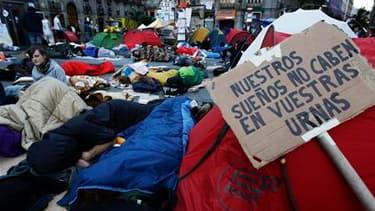La Puerta del Sol, à Madrid. Des milliers d'Espagnols ont campé dans la nuit de samedi à dimanche dans plusieurs villes du pays pour protester contre les mesures d'austérité et le chômage à quelques heures d'élections locales qui devraient sanctionner le
