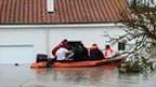 Evacuation d'habitants de La Rochelle. La tempête Xynthia a causé la mort d'au moins 45 à 50 personnes et provoqué de très importants dégâts matériels en balayant la France d'Ouest en Est samedi et dimanche, ses vents violents se combinant à de fortes mar
