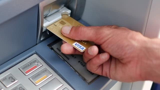 Le coût moyen d'une carte bancaire va progresser de 0,7 euro, pour s'établir à 62,40 en 2015.