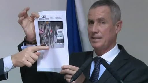 Le procureur de Paris, François Molins, montre une photo de l'individu recherché, prise par une caméra de vidéosurveillance, rue du Temple, dans le 3e arrondissement de Paris.