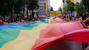 Le drapeau arc-en-ciel est déployé lors de la Gay Pride d'Athènes en 2013.