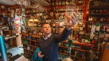 """Le gérant du pub """"Walsh's bar"""" Joe Sheridan, dans son établissement à Dunmore, dans l'ouest de l'Irlande, le 3 septembre 2020"""