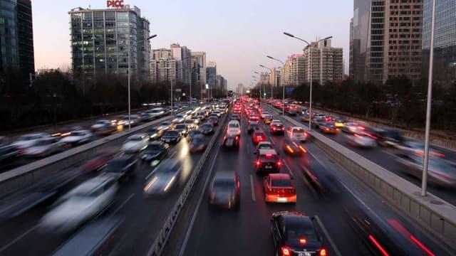 Des automobilistes contractent des mariages blancs à Pékin pour obtenir une plaque d'immatriculation locale, afin de pouvoir circuler dans la capitale.