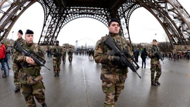 Des militaires sous la Tour Eiffel, le 8 janvier. 10.000 militaires vont être déployés sur les lieux sensibles, en France.
