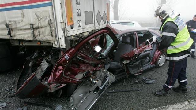 Le nombre de morts sur les routes françaises est en baisse de près de 14% en novembre par rapport au même mois de l'an dernier, ce que le ministère de l'Intérieur impute à l'amélioration des comportements des automobilistes. /Photo d'archives/REUTERS