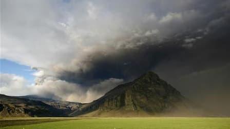 Le volcan islandais Eyjafjöll, dont l'éruption en avril a semé le chaos dans le trafic aérien européen, entraînant d'innombrables d'annulations de vol, a cesser de cacher ses cendres. /Photo prise le 13 mai 2010/REUTERS/Ingolfur Juliusson