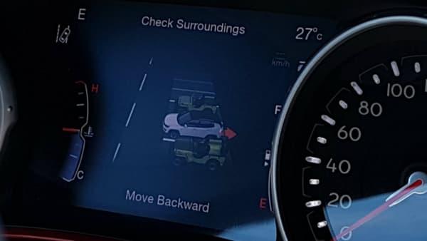 Sympas les Jeep Willys qui symbolisent les véhicules placés autour lors de l'activation du parking automatique.