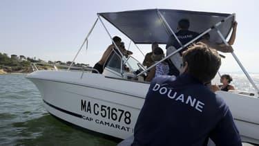 La douane française vérifie le chargement d'un bateau au large de Marseille, le 06 août 2013 (image d'illustration)