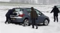 La vague de froid qui touche la France depuis plusieurs jours menaçait samedi une trentaine de départements de nouvelles chutes de neige et de pluies verglaçantes et continuait de perturber les transports, comme ici dans le Nord. /Photo prise le 4 décembr