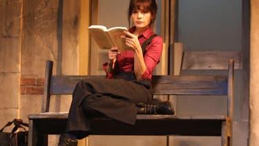 """Marie Trintignant interprète, le 10 janvier 2001 au Théâtre Hébertot à Paris, le rôle de Michèle dans la pièce """"Comédie sur un quai de gare"""" de Samuel Benchetrit."""