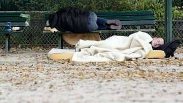 Des personnes sans-domiciles fixes dormant dans un parc en Île-de-France. (photo d'illustration)