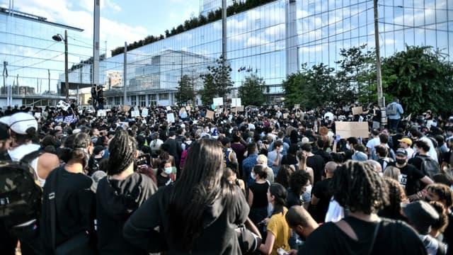 Manifestation contre les violences policières et en hommage à Adama Traoré devant le Palais de justice de Paris, le 2 juin 2020
